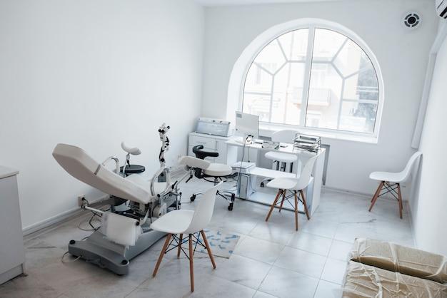 Intérieur du cabinet de la clinique obstétricale à l'intérieur avec ordinateur et lit.