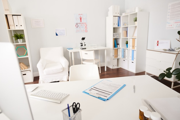 Intérieur du cabinet du médecin dans la clinique moderne
