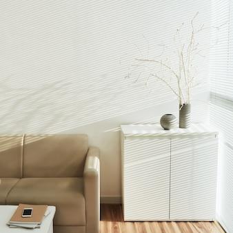 L'intérieur du confortable salon lumineux avec une décoration en bois mort