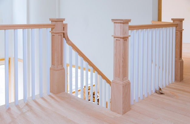 Intérieur du couloir avec vue sur le plancher de bois franc des escaliers en bois.