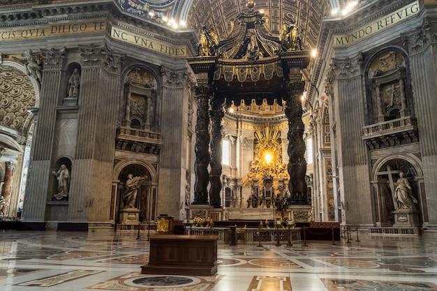 Intérieur du dôme de saint-pierre (basilica di san pietro), cité du vatican, rome