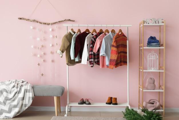 Intérieur du dressing moderne avec des vêtements d'hiver