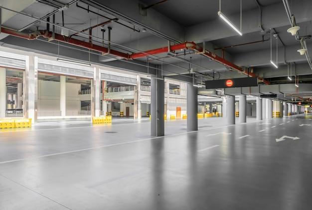 Intérieur du garage de stationnement avec voiture et parking vacant dans le stationnement