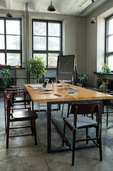 Intérieur du grand bureau moderne avec table et chaises au centre