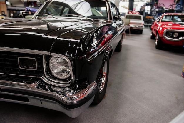 À l'intérieur du groupe de voitures de luxe debout à l'exposition automobile