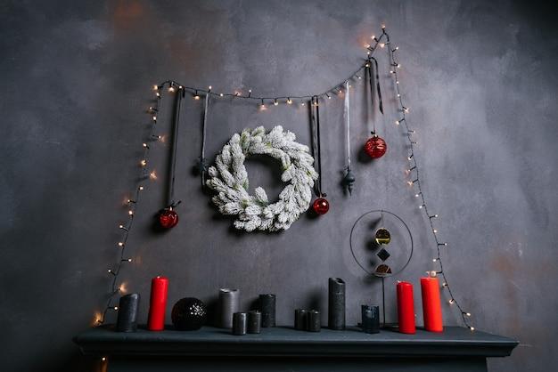 Intérieur du nouvel an 2021 avec bougies, ampoules et bokeh. salle décorée pour la célébration de noël. sapin de noël avec des cadeaux