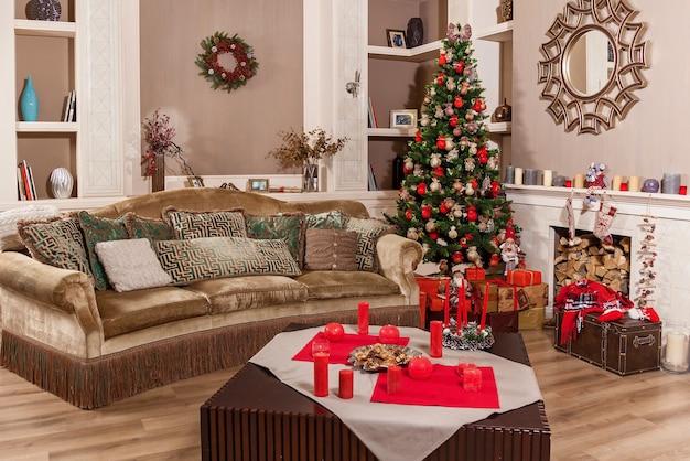 Intérieur du nouvel an. sapin de noël. sapin de noël. cadeaux et jouets sous le sapin de noël. décorations de noël.