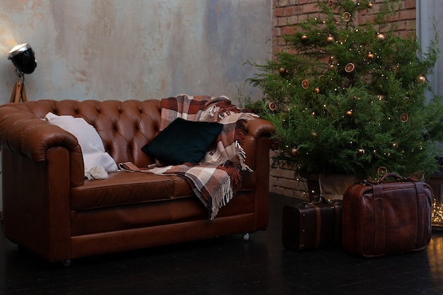 Intérieur du salon avec arbre de noël décoré et canapé