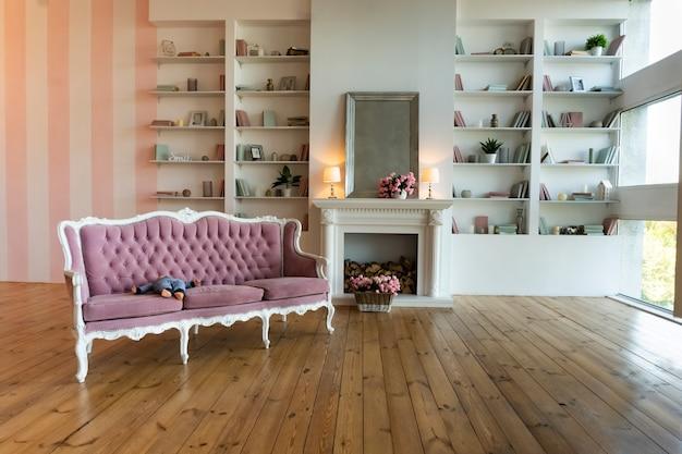 Intérieur du salon avec canapé antique et étagère, appartement moderne