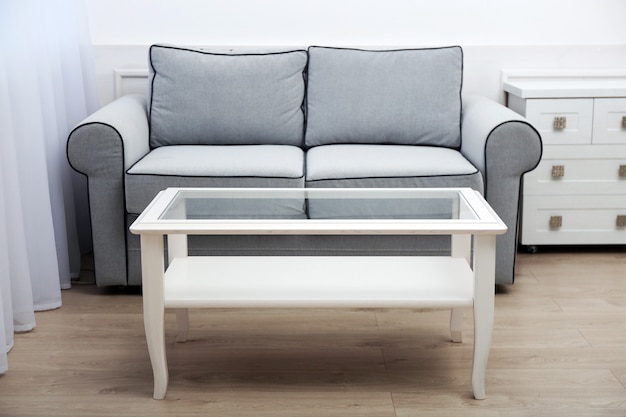 Intérieur du salon avec canapé et table