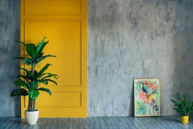 L'intérieur du salon avec une plante et une photo