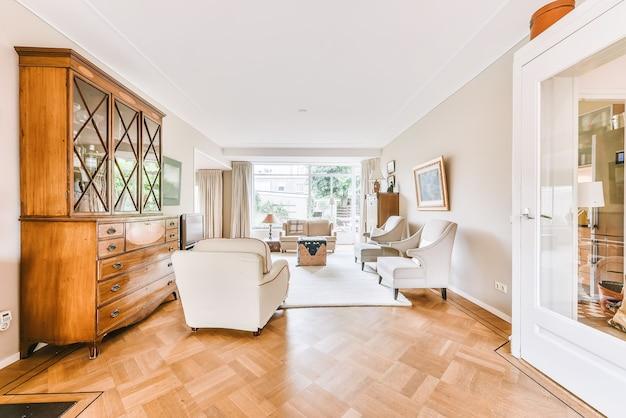 Intérieur du salon spacieux avec canapé confortable et autres meubles