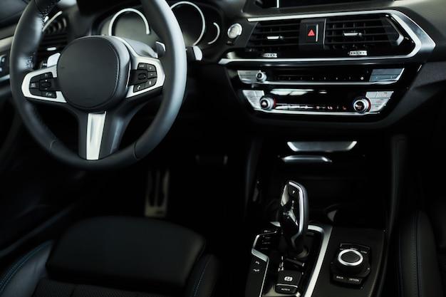 Intérieur du tableau de bord de voiture noire moderne