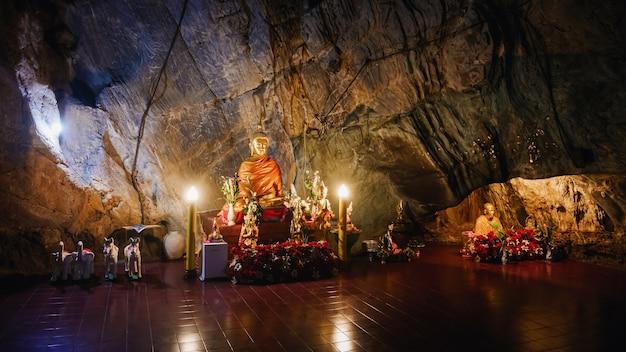 Intérieur du temple d'or de tham pha jom dans la grotte de chiang rai, thaïlande