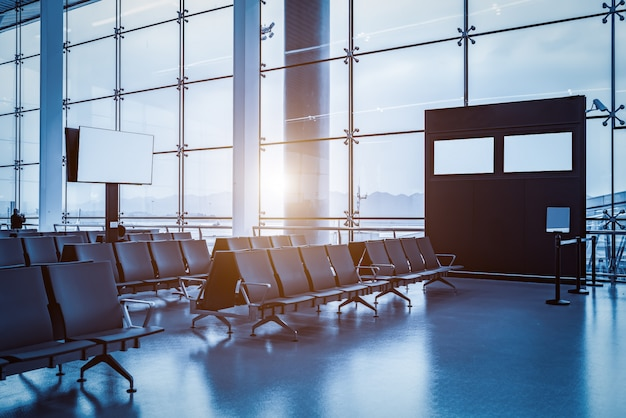 Intérieur du terminal de l'aéroport et fenêtres en verre