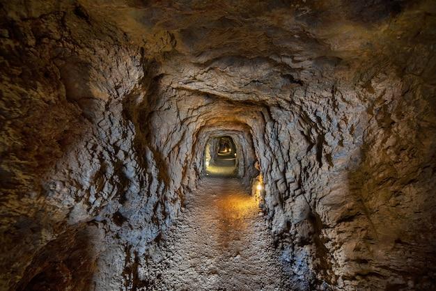 Intérieur du tunnel dans les célèbres mines de la union à murcie, en espagne.
