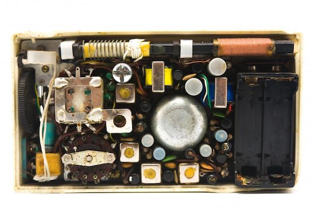 Intérieur du vieux transistor électronique sur blanc