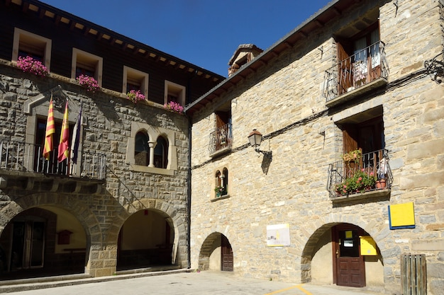 À l'intérieur du village de torla, ordesa et monte perdido, parc national, province de huesca, aragon, espagne