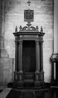 Intérieur d'église catholique : détail confessionnel, 150 ans, fait de bois