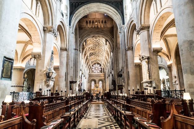 Intérieur de l'église universitaire de st mary the virgin. c'est la plus grande des églises paroissiales d'oxford et le centre