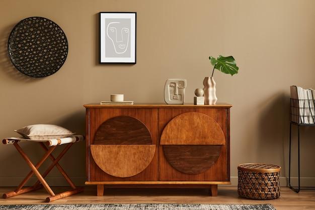 Intérieur élégant avec commode en bois design, tabouret, fleurs séchées dans un vase, décoration unique, tapis, cadre d'affiche maquette et accessoires personnels élégants