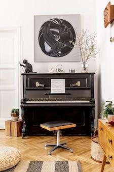 Intérieur élégant et confortable du salon avec piano noir, meubles, plante, horloge en bois, lampe, peintures, tapis, décoration et accessoires personnels élégants dans un décor moderne.