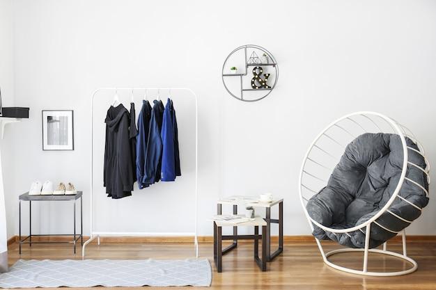 Intérieur élégant du dressing moderne