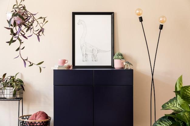 Intérieur élégant du salon avec cadre noir, plantes, commode bleu marine, décoration et accessoires personnels élégants. murs beiges. home staging moderne..