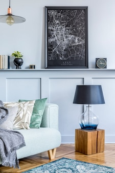 Intérieur élégant du salon avec cadre pour affiches et accessoires personnels élégants dans un décor moderne.