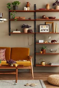 Intérieur élégant du salon avec canapé jaune miel, bibliothèque en bois, plantes, pouf, cadre photo, tapis, décoration et accessoires élégants dans la décoration intérieure.