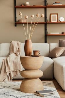 Intérieur élégant du salon avec table basse rustique design, canapé beige, tasse de café, livre, décoration et accessoires élégants dans un décor élégant. modèle.