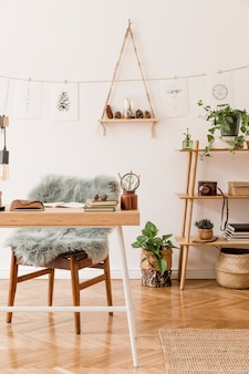 Intérieur élégant de l'espace de bureau à domicile avec un modèle de décoration neutre de bureau en bois