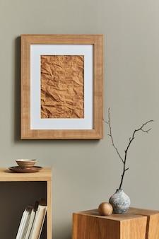 Intérieur élégant et luxueux avec cadre d'affiche en bois, vases, livres, tabourets en bois, tasse et accessoires élégants dans la décoration intérieure. modèle.