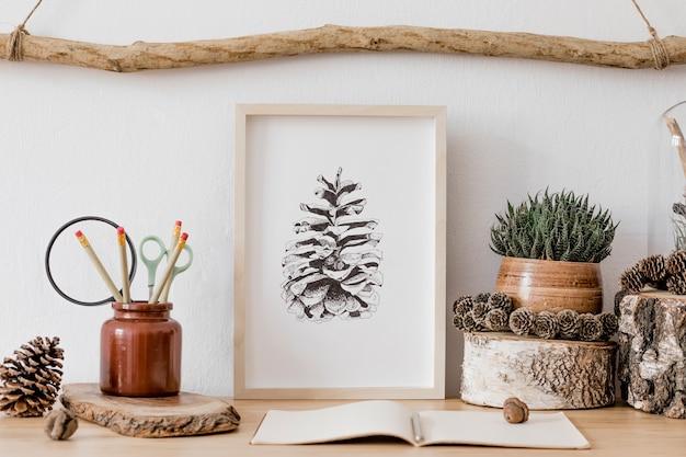 Intérieur élégant et scandinave du salon avec des modèles, des accessoires en bois, des plantes succulentes, des cônes de forêt, des plantes, des notes et des objets personnels