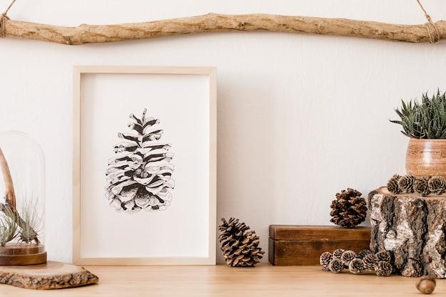 Intérieur élégant et scandinave du salon avec des modèles de maquette, des accessoires en bois, des plantes succulentes, des cônes forestiers, des plantes, des notes et des objets personnels. décor à la maison minimaliste.