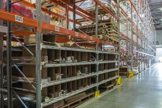 Intérieur d'un entrepôt moderne avec des matériaux de construction