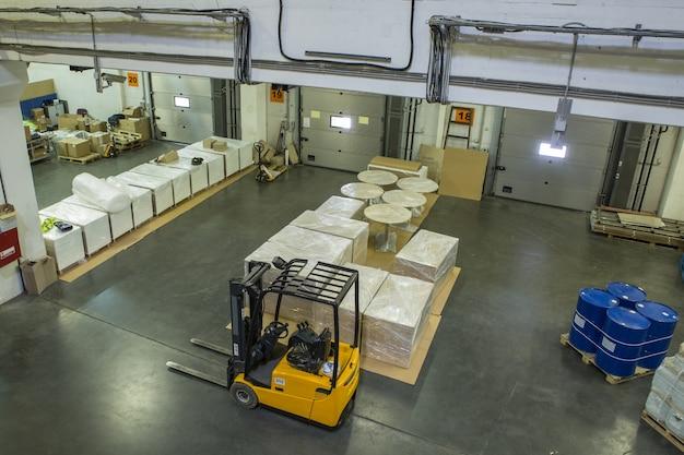 Intérieur d'un entrepôt moderne avec portes fermées