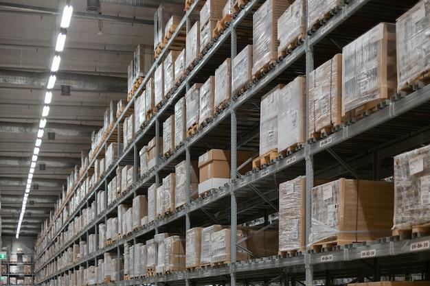 Intérieur de l'entrepôt moderne. rangées d'étagères avec des boîtes