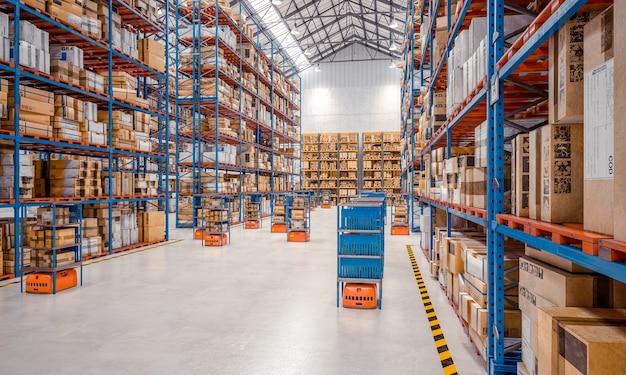 Intérieur d'un entrepôt moderne où travaillent des véhicules de transport automatisé de marchandises.