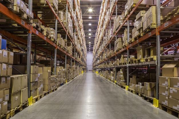 Intérieur de l'entrepôt avec des racks pleins de boîtes et de marchandises