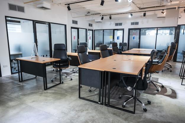 Intérieur d'un espace de coworking de bureau moderne vide en faillite temporairement fermé et politique permettant aux employés de travailler à domicile pendant la pandémie de covid-19, coronavirus