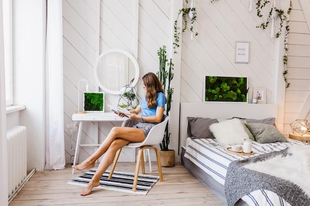 L'intérieur est lumineux avec une composition de mousse, décoration avec des matériaux naturels de la maison, appartement ou bureau, la femme dans un intérieur lumineux
