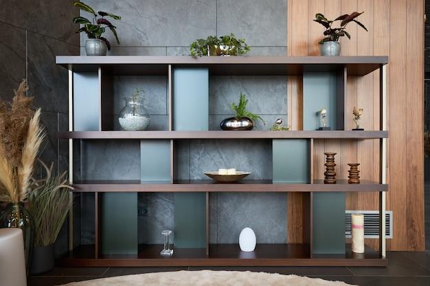 Intérieur de l'étagère en bois avec des vases de fleurs