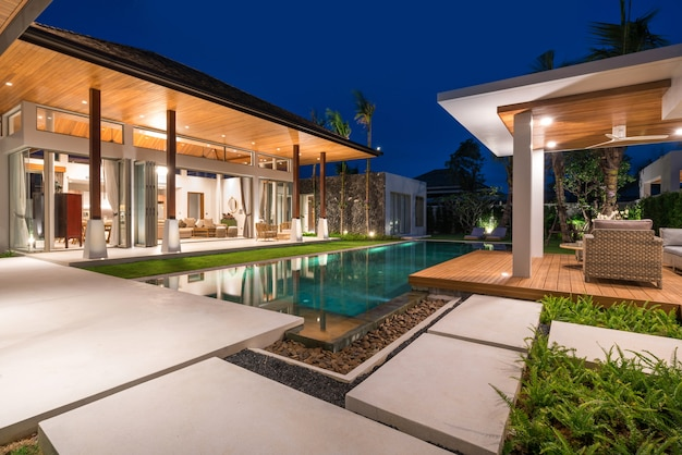 Intérieur et extérieur de la villa avec piscine