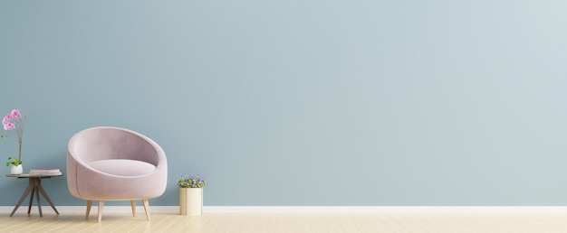 L'intérieur a un fauteuil rose sur un mur bleu vide.