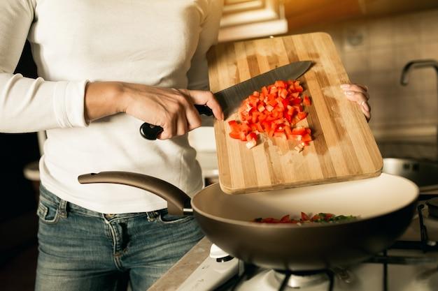 Intérieur, femme, femme au foyer, tablier, sain, cuisinier