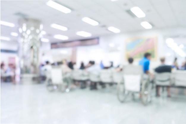 Intérieur flou de l'hôpital ou clinique avec des personnes - antécédents médicaux abstraits.