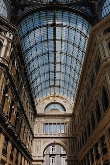 Intérieur de la galleria umberto i à naples, italie