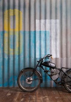 Intérieur de garage vintage avec moto