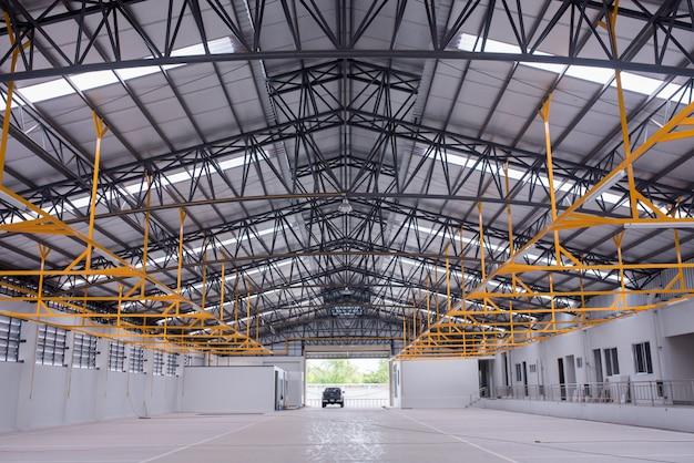 Intérieur d'un grand bâtiment industriel ou d'une usine avec des constructions en acier